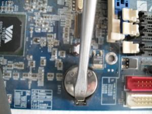 Достать батарейку BIOS
